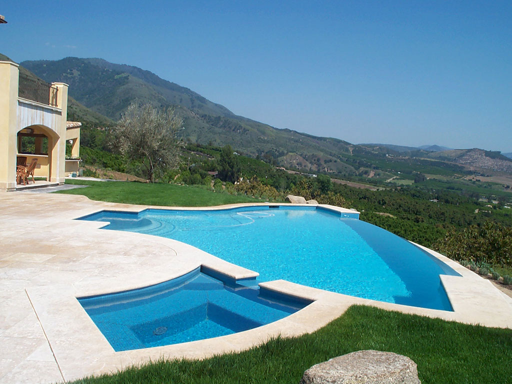Piscine et villa en pierre naturelle